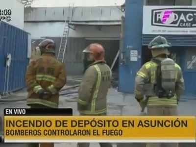 Incendio de gran magnitud consume depósito de una fábrica en Asunción
