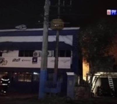 Depósito arde en llamas en Asunción