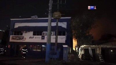 Incendio de gran magnitud consume depósito en Asunción