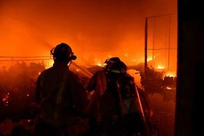 Bomberos trabajan para terminar de controlar incendio en un depósito
