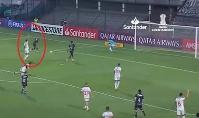 """Alan Benítez prefirió """"cobrar"""" fuera de juego antes que evitar gol"""