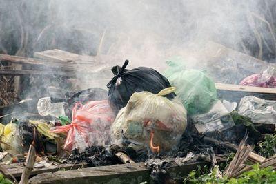 La quema es todavía el principal método de disposición de basura en el 60% del interior del país