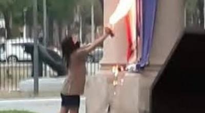 Tienen pedido de captura internacional, las que quemaron la bandera paraguaya.