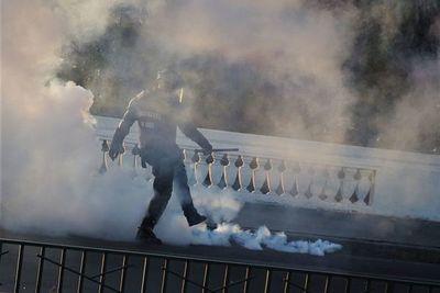 Joven cae de un puente en protestas en Santiago a casi un año de la revuelta social en Chile