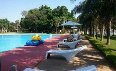 ¿Puede ser peligroso compartir piscina con un covid positivo?