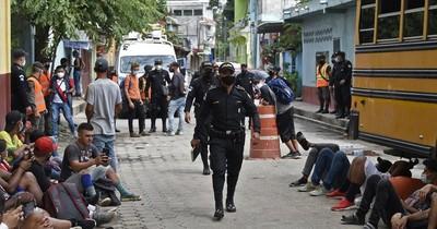 La Nación / Migrantes hondureños en caravana a EEUU se resignan a regresar