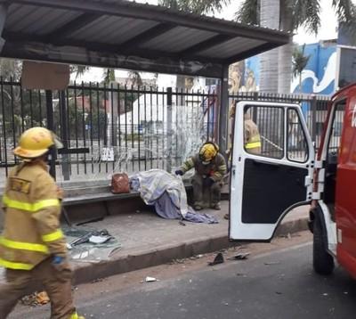 """Joven mujer que esperaba bus en parada muere arrollada por conductora, en """"curva de la muerte"""""""