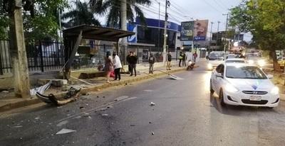 Joven de 29 años muere tras ser arrollada en parada de bus
