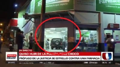 Huyendo de la policía, hombre acaba chocando contra farmacia