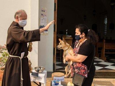 En modo COVID,   franciscanos bendicen a los peluditos