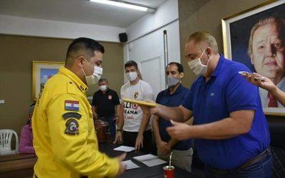 Gobernador entrega su salario a bomberos