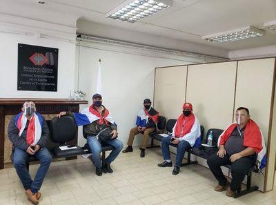 Concejales de Independencia se encadenan en el Ministerio Público para exigir imputación contra el intendente
