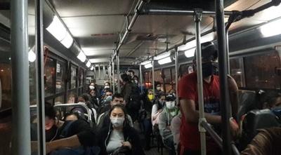 """HOY / Con nueva """"modalidad"""" de cuarentena, límite de pasajeros parados aumenta a 16 en buses"""