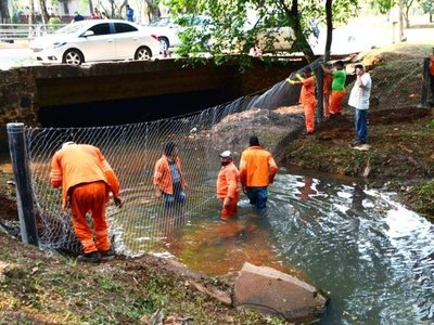 Retiran basura del arroyo Amambay  que alimenta al Lago de la República