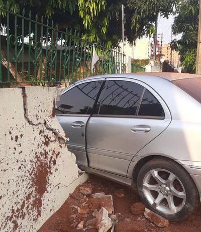 """""""Loco del volante"""" choca contra camioneta estacionada y luego derriba una muralla"""