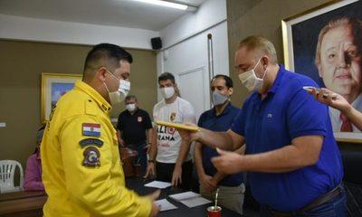 El Gobernador de Alto Paraná entregó su salario a los Bomberos Voluntarios – Diario TNPRESS