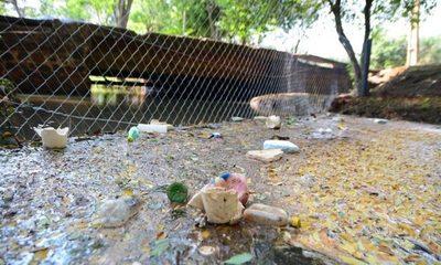 Red de drenaje retiene las basuras de los inconscientes en arroyo Amambay – Diario TNPRESS