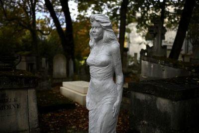 Surrealismo, misterio y poesía en el cementerio parisino del Père-Lachaise