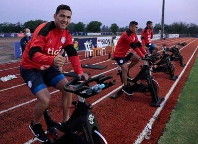 La Albirroja practica por la tarde de cara al debut ante Perú