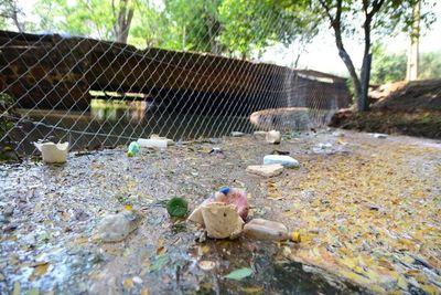Vecinos se suman a limpieza del arroyo que alimenta al Lago de la República