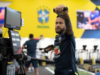 Brasil entrena con plantel completo