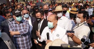 """La Nación / Entre piropos, """"Cachito"""" Salomón y Lugo atienden reclamos de indígenas"""