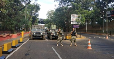 La Nación / Paraguay no libera el tránsito fronterizo, afirman desde Foz