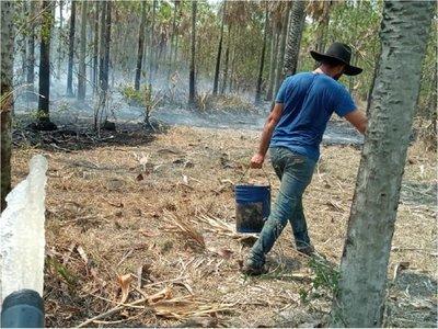 Vecinos y bomberos combaten incendio forestal en Bahía Negra