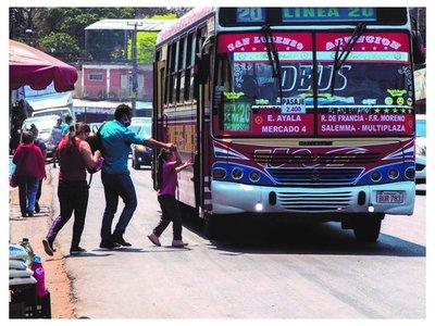 Ponen límite de 16  pasajeros parados en los colectivos
