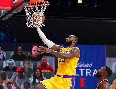 Los Lakers ganan un áspero duelo ante Miami y acarician el título de la NBA