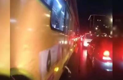 El perturbador momento en el que un motociclista capta un brazo colgando de la puerta de un autobús