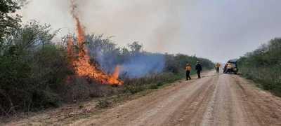 Combaten incendios en Bahía Negra