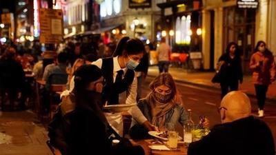 Inglaterra estudia el cierre de bares y restaurantes para contener el virus