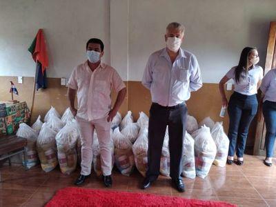 Padres de alumnos de Cerro Corá'i recibieron kits del almuerzo escolar de la Municipalidad