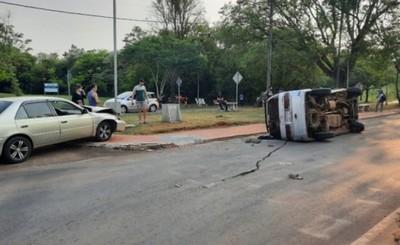 Minibus vuelca tras ser embestido por un automóvil en el Área 1