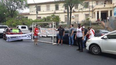 Dueños de canchas sintéticas protestan frente a Salud exigiendo reapertura