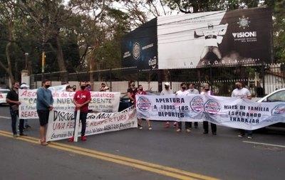 Crónica / Cerraron calle pidiendo reabrir canchas sintéticas