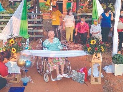 Con caravana festejan los 105 años de una abuelita