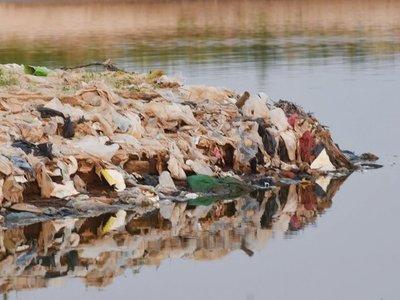 Tras descenso del río, en la Bahía se observa todo tipo de basura