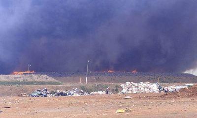 Comuna busca a responsables de incendios en banco San Miguel y Cateura