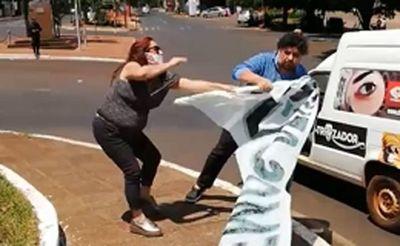 Kelembu intentó despojar de cartel a una manifestante