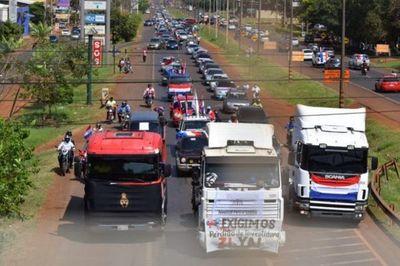 Con extensa caravana, piden expulsión de Javier Zacarías del Senado