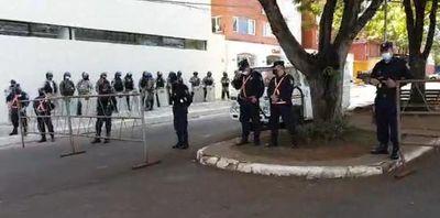 Policía descuidó todos los barrios para cuidar la casa de los ladrones