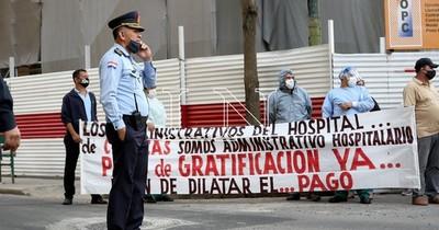 La Nación / Funcionarios administrativos de Clínicas piden cobrar gratificación o irán a movilización