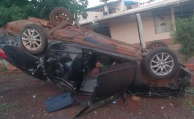 Derribó una columna, volcó y terminó dentro de una playa de vehículos