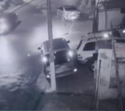 Buscan a irresponsable que huyó tras chocar auto estacionado