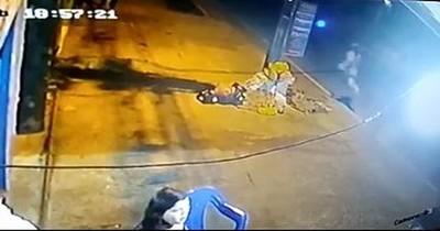 La Nación / Apuñalan a una mujer frente a su hija para robarle el celular, en Luque