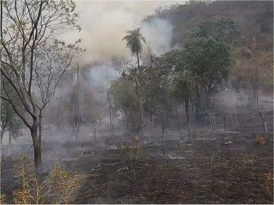 Incendio de gran magnitud en el cerro Antena de Caacupé