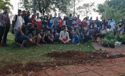Jóvenes se reúnen para plantar 82 árboles en la Plaza San Isidro