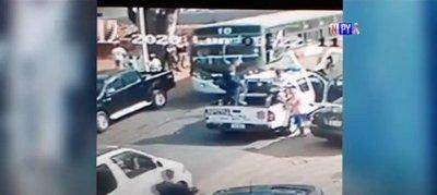 Atropelló el auto de su amigo y luego se lanzó frente a un bus